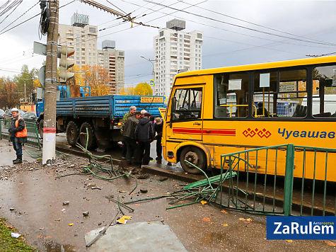 ВЧебоксарах шофёр автобуса устроил гонки и трагедию