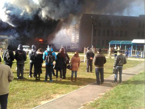Из-за пожара наскладе вЧебоксарах была эвакуирована школа №63