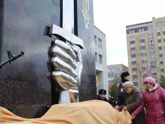 В Новочебоксарске открыли памятник погибшим полицейским