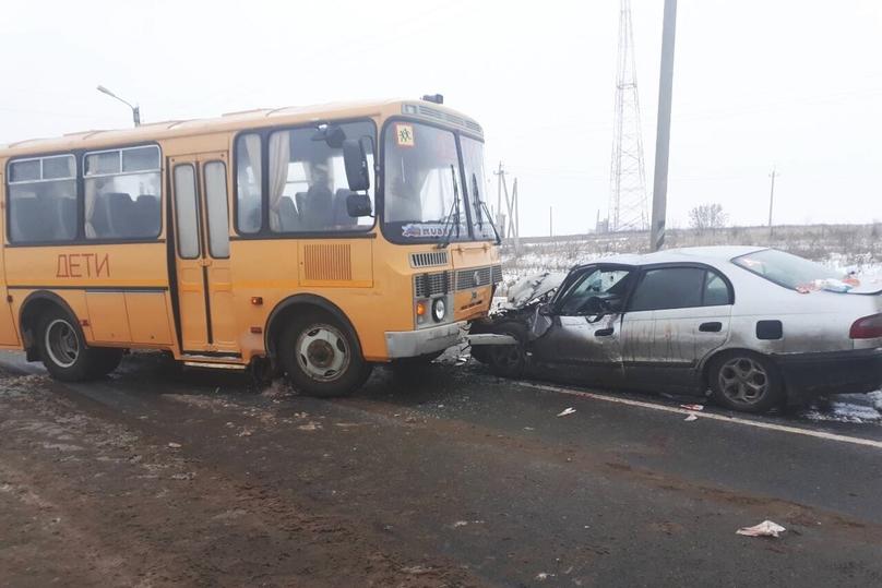 Ученический автобус столкнулся слегковушкой вЧувашии, доставлена вбольницу девушка-подросток