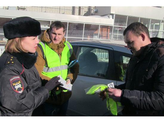 В Чебоксарах сотрудники ГИБДД дарят водителям светоотражающие жилеты