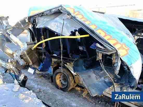 Маршрутку разворотило в ДТП с грузовиком в Чебоксарах